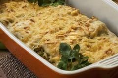 Cannelloni avec les épinards et le ricotta dans une casserole Photo libre de droits