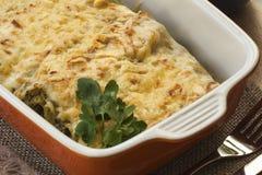 Cannelloni avec les épinards et le ricotta dans une casserole Photo stock