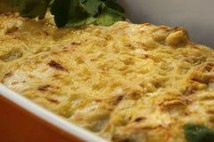 Cannelloni avec les épinards et le ricotta dans une casserole Photos libres de droits