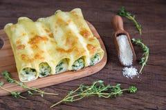 Cannelloni com ricota e espinafres na placa de madeira fotos de stock royalty free