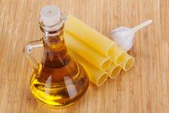Cannelloni con olio d'oliva in una bottiglia di vetro Fotografie Stock Libere da Diritti