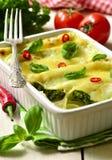Cannellonien - gebakken die deegwaren met spinazie, kip en kaas worden gevuld Stock Foto