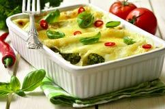 Cannellonien - gebakken die deegwaren met spinazie, kip en kaas worden gevuld Stock Afbeelding