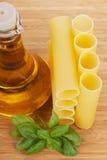 Cannellonien met olijfolie in een glasfles Royalty-vrije Stock Afbeeldingen