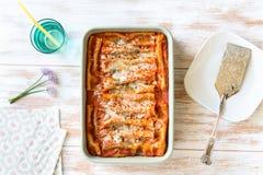 Cannellonien met spinazie en ricotta hoogste mening stock foto