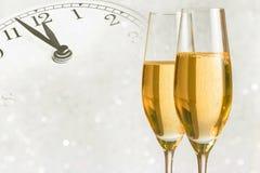 Cannelures de Champagne avec les bulles d'or sur le fond clair argenté de bokeh Photographie stock