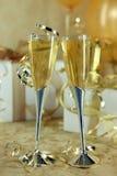 Cannelures de Champagne se penchant vers une un autre Image libre de droits