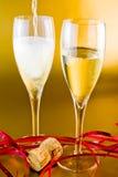 Cannelures et décoration de Champagne sur le fond d'or Photographie stock libre de droits