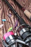 Cannes à pêche et amorce pour pêcher des poissons Photos libres de droits