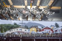 Cannes à pêche et bobines attachées à un faisceau de toit Photographie stock
