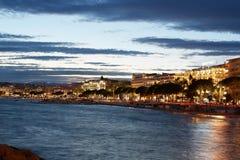 Cannes belichtete Küste und Croisette an der Dämmerung Stockfotografie