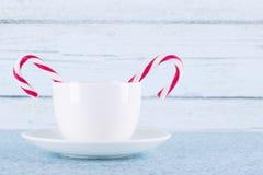 Cannes blanches de tasse et de sucrerie photos stock