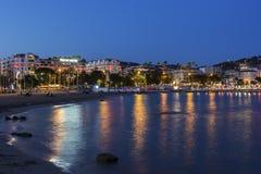 Cannes dans les Frances le soir Photos libres de droits