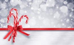Cannes de sucrerie avec le ruban - carte de Noël douce photographie stock libre de droits