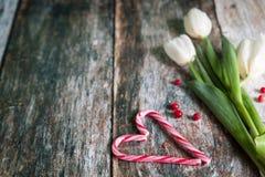 Cannes de sucrerie coeur et tulipes pour la Saint-Valentin photos stock