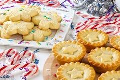 Cannes de sucrerie de biscuits de minces pies de Noël Image libre de droits