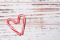 Cannes de sucrerie de menthe poivrée dans la forme de coeur Image libre de droits