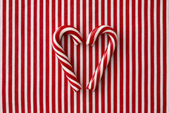 Cannes de sucrerie de menthe poivrée dans la forme de coeur Photo stock