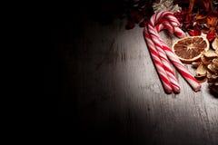 Cannes de sucrerie de Noël et decoratons Image stock