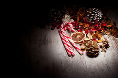 Cannes de sucrerie de Noël et decoratons Photos stock