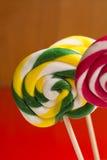 Cannes de sucrerie douces multicolores et pirouettes sur les bâtons en bois Photo stock