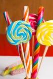 Cannes de sucrerie douces multicolores et pirouettes sur les bâtons en bois Image stock