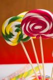 Cannes de sucrerie douces multicolores et pirouettes sur les bâtons en bois Images libres de droits