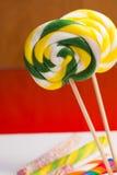 Cannes de sucrerie douces multicolores et pirouettes sur les bâtons en bois Photographie stock libre de droits