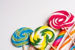 Cannes de sucrerie douces multicolores et pirouettes sur les bâtons en bois Image libre de droits