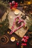 Cannes de sucrerie de Noël sur une table en bois brune photo libre de droits