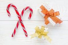 Cannes et boîte-cadeau de sucrerie croisés de menthe poivrée sur le fond en bois blanc Image libre de droits