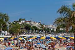 CANNES, FRANCE - 13 DE AGOSTO: Vista da praia e do hotel de luxo Fotografia de Stock