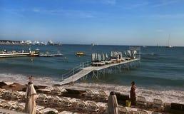 CANNES, FRANCIA - 5 LUGLIO 2014: La spiaggia a Cannes Fotografie Stock Libere da Diritti