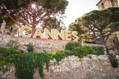 CANNES, FRANCJA â€' MAJ 21, 2017: Sławny punktu zwrotnego znak pisać w żarówkach Cannes Zdjęcia Stock