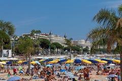 CANNES FRANKRIKE - AUGUSTI 13: Beskåda av stranden och lyxhotellet Arkivbild