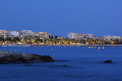 Cannes i Frankrike i aftonen Royaltyfria Bilder