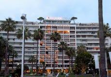 Cannes - Nachtmening van Groot Hotel stock afbeelding