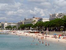 Cannes - playa pública Fotos de archivo libres de regalías