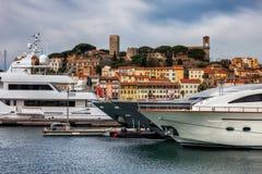 Cannes-Stadt vom Hafen zur alten Stadt Stockfoto