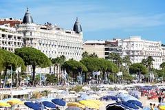Cannes strand och Carlton International Hotel, söder av Frankrike Royaltyfria Bilder