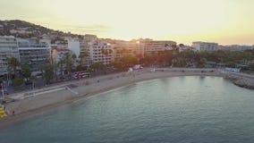 Cannes, visión aérea sobre el croisette en la salida del sol almacen de metraje de vídeo