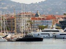 Cannes - yachter som ankras i port Le Suquet Arkivbilder