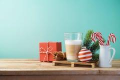 Cannette de fil chaude de café de crème de Latte sur la table en bois Carte de Noël photos stock