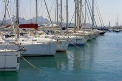 CANNIGIONE, SARDINIA/ITALY - 5月17日:Cannigione的Sardi小游艇船坞 库存图片
