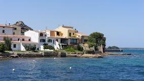 CANNIGIONE SARDINIA/ITALY - MAJ 17: Färgglade byggnader kan in Arkivfoto