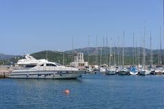 CANNIGIONE SARDINIA/ITALY - MAJ 17: Marina på Cannigione Sardi Arkivfoto