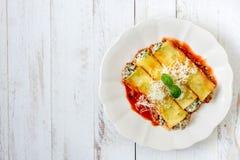 Cannoli用菠菜和乳酪在板材 库存图片