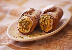 Cannoli casalingo dolce farcito con la crema del formaggio di ricotta ed il dessert siciliano del pistacchio Pasticceria italiana Immagini Stock Libere da Diritti