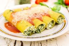Cannoli med spenat och ost Royaltyfria Bilder