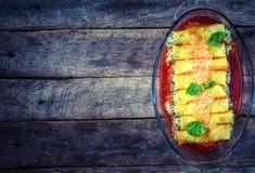 Cannoli mit Spinat und Käse Stockfotos